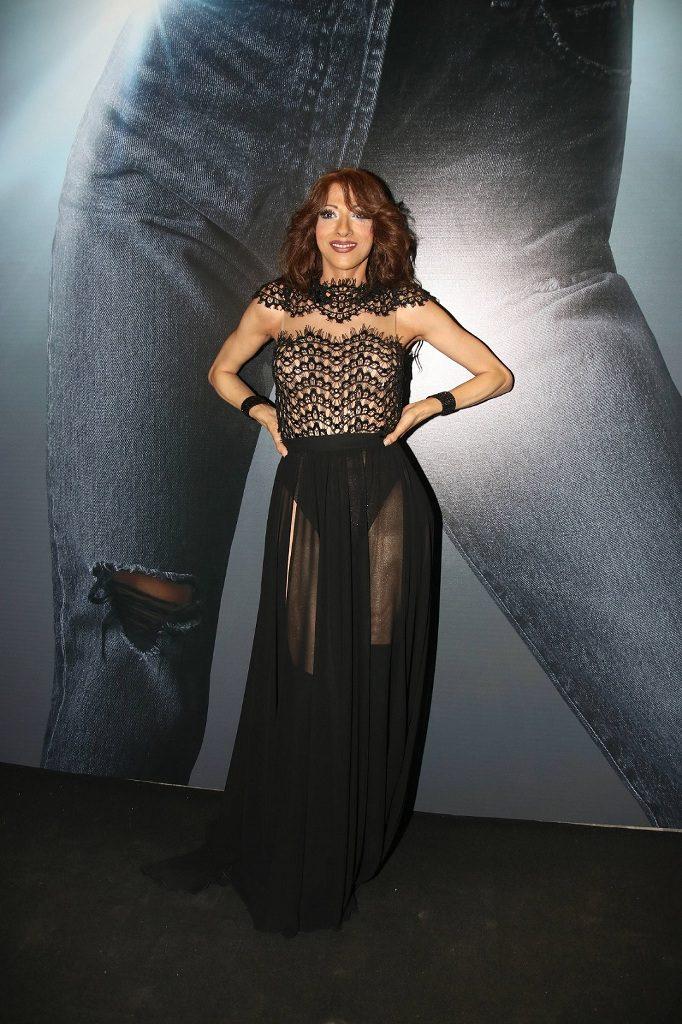 3דנה אינטרנשיונל בשמלה שחורה שחלקה העליון מחורז בעבודת יד וחלקה התחתון עשוי שיפון משי, בעיצוב דרור קונטנטו