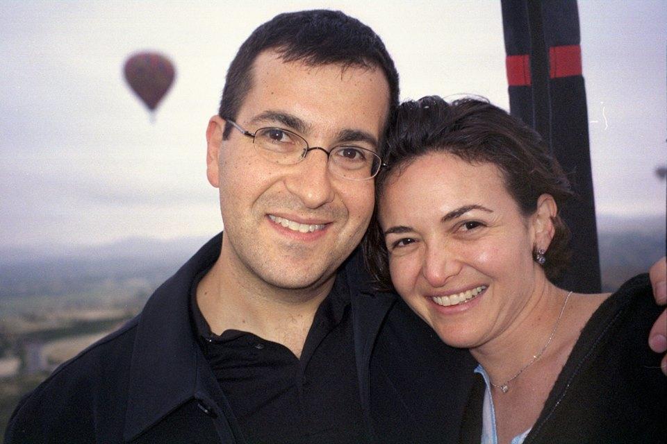 3שריל סנדברג עם בעלה דייב שנהרג לפני ארבע שנים בתאונה