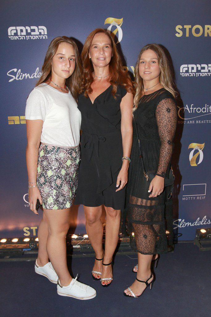 4מירי גולדפרב מלכת היופי 1991 ושתי בנותיה