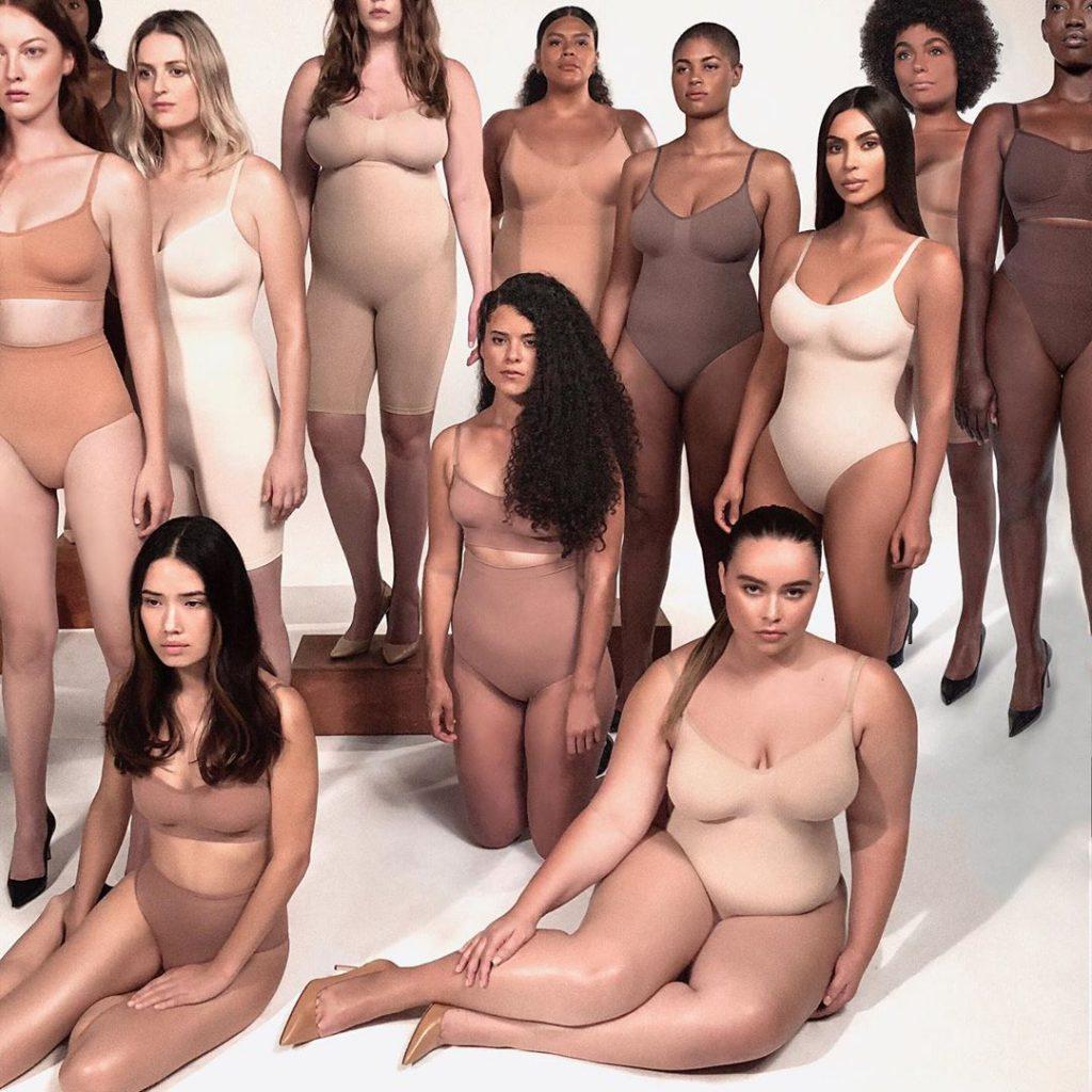 4קים קרדשיאן מציגה את בגדי הגוף המחטבים בעיצובה המתאימים לכל המידות