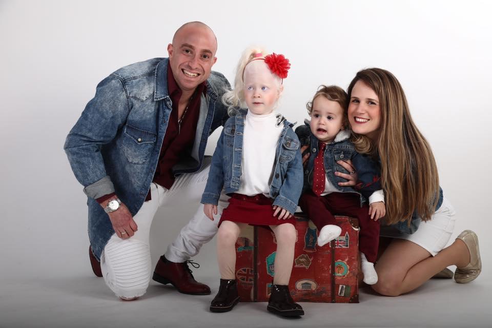 1זיו שילון עם אשתו עדי ושני ילדיהם. צילום גיל לוין