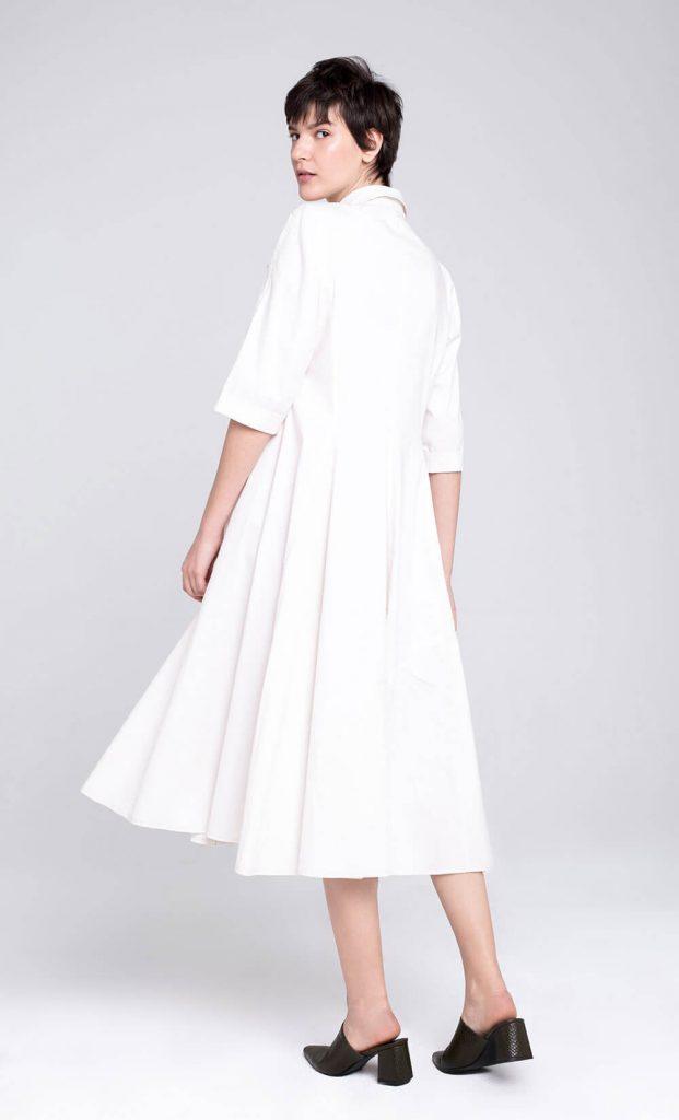 11שמלת אוברסייז עם צווארון מחויט, כפתרה קדמית וקפלים נפגשים היוצרים חצאית שנעה באלגנטיות בזמן ההליכה 474 דורין פרנקפורט