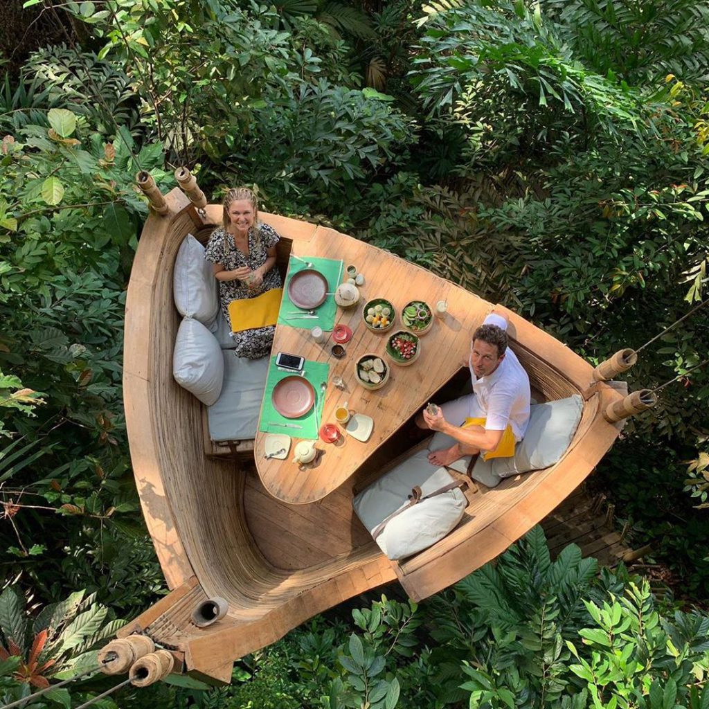 2מיכל ינאי ובעלה בן מוסקל אוכלים על הגובה בתאילנד