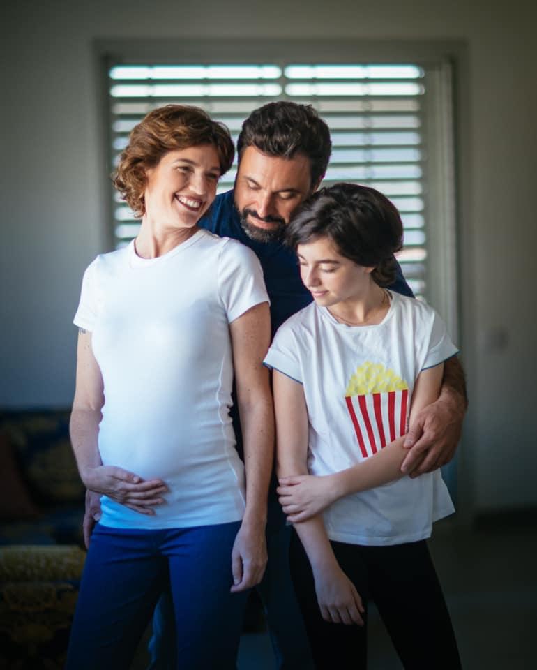 2תמר זנדברג, בעלה ובתה, חושפת בטן של חודש חמישי