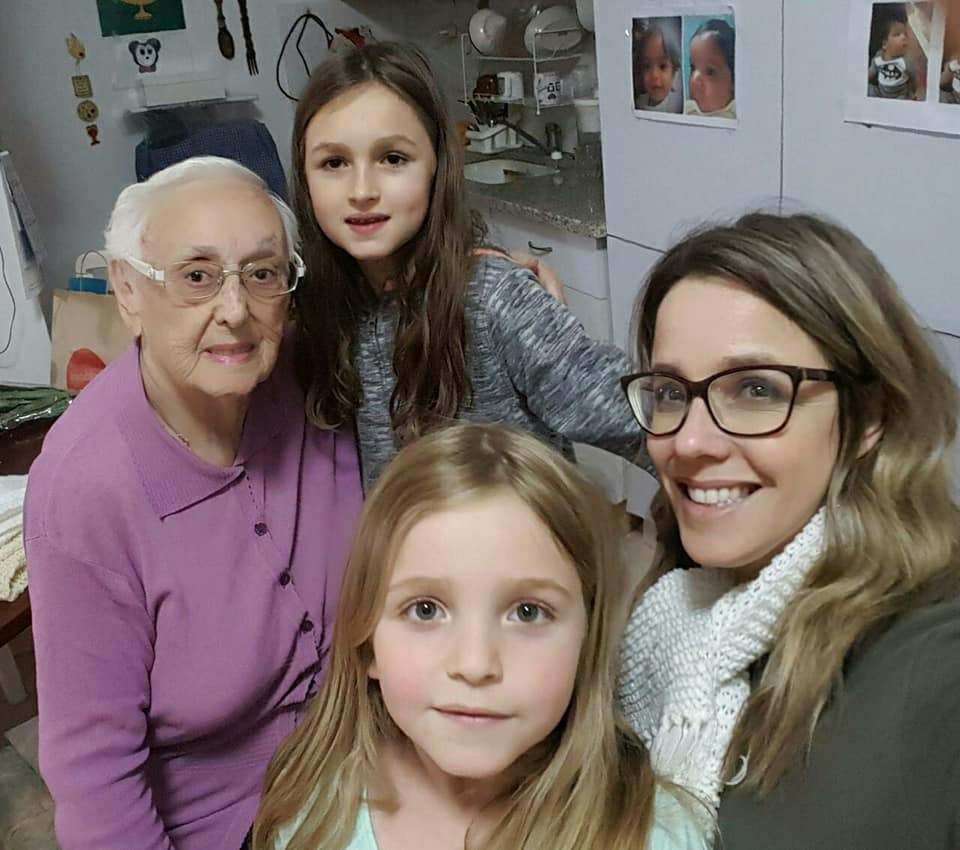 3פאולה רוזנברג עם סבתה סליה ושתי בנותיה