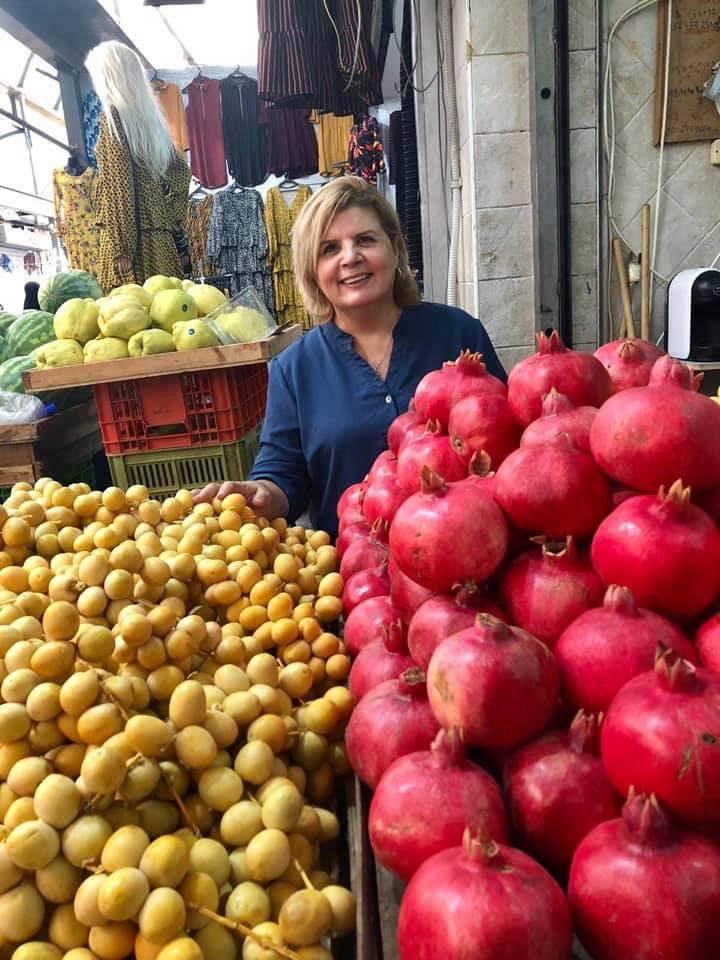 7אורנה ברביבאי ליד דוכן הרימונים והמתמרים בשוק רמלה