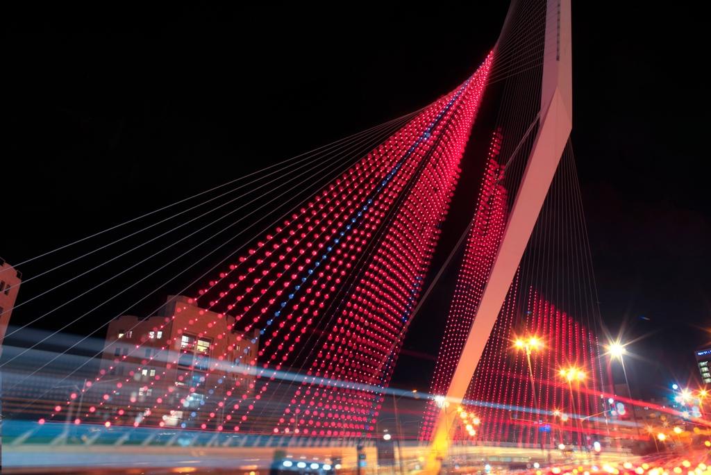 1גשר המיתרים בירושלים מואר באדום לציון יום המאבק הבינלאומי למניעת אלימות נגד נשים.– צילום תמיר חיון