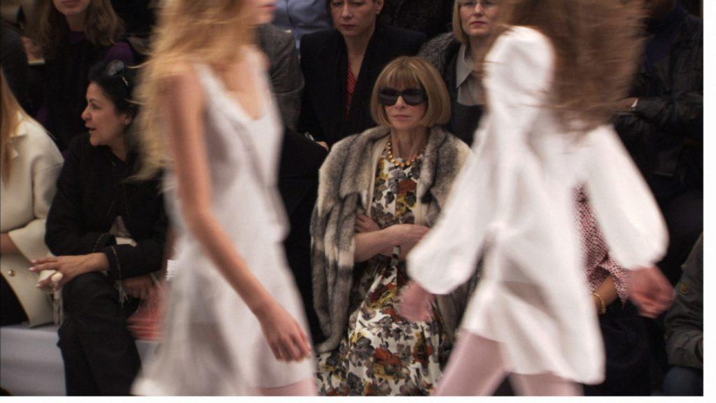 2אנה ווינטור בשורה הראשונה באחת מתצוגות שבוע האופנה