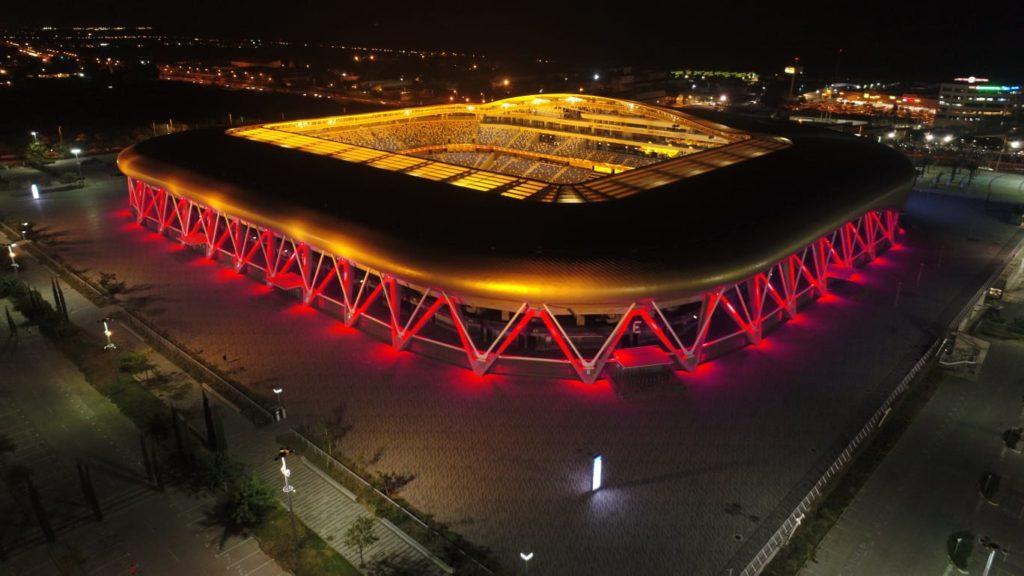 2אצטדיון סמי עופר בחיפה מואר באדום. צילום אלדד אלוני –