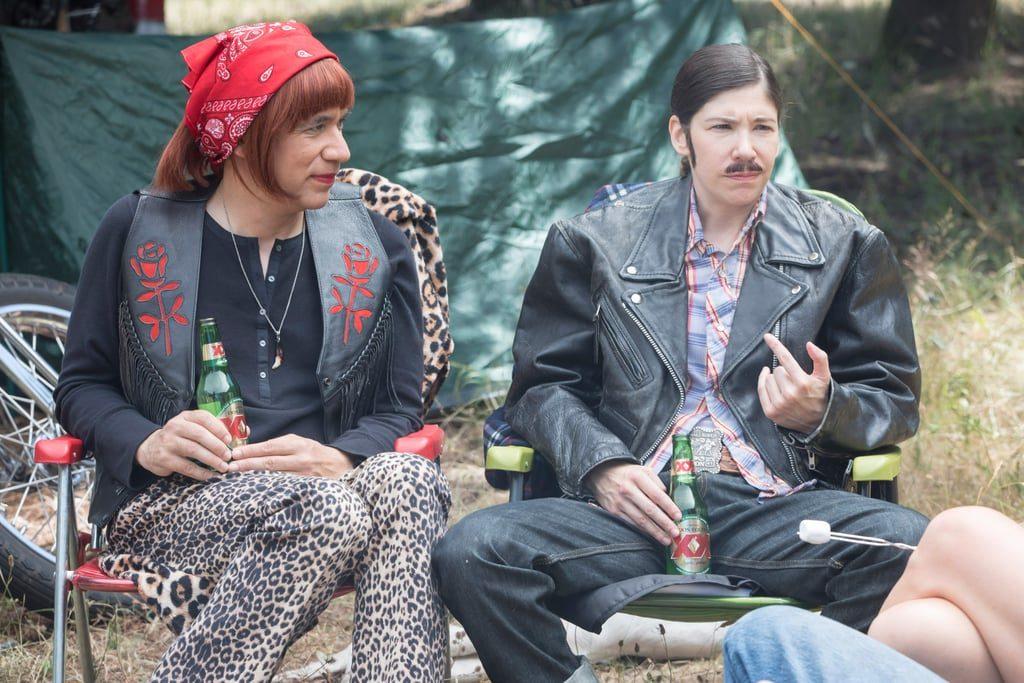 2פרד ארמיסן וקארי בראונשטיין בסידרה פורטלנדיה בדמותם של נינה ולאנס - זוג שמאופיין בתפקידים מגדריים סטריאוטיפיים
