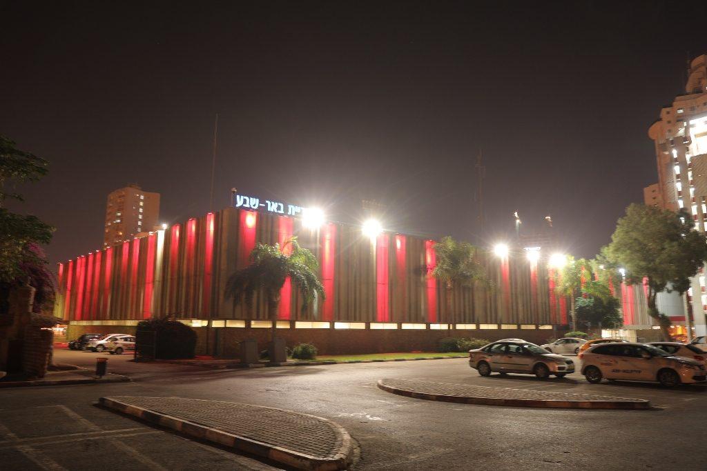 3בניין עיריית באר-שבע מואר באדום. צילום דיאגו מיטלברג