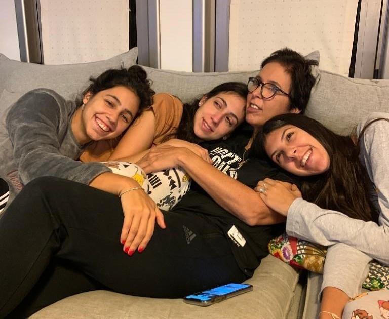 1מירית הררי עם שלוש בנותיה