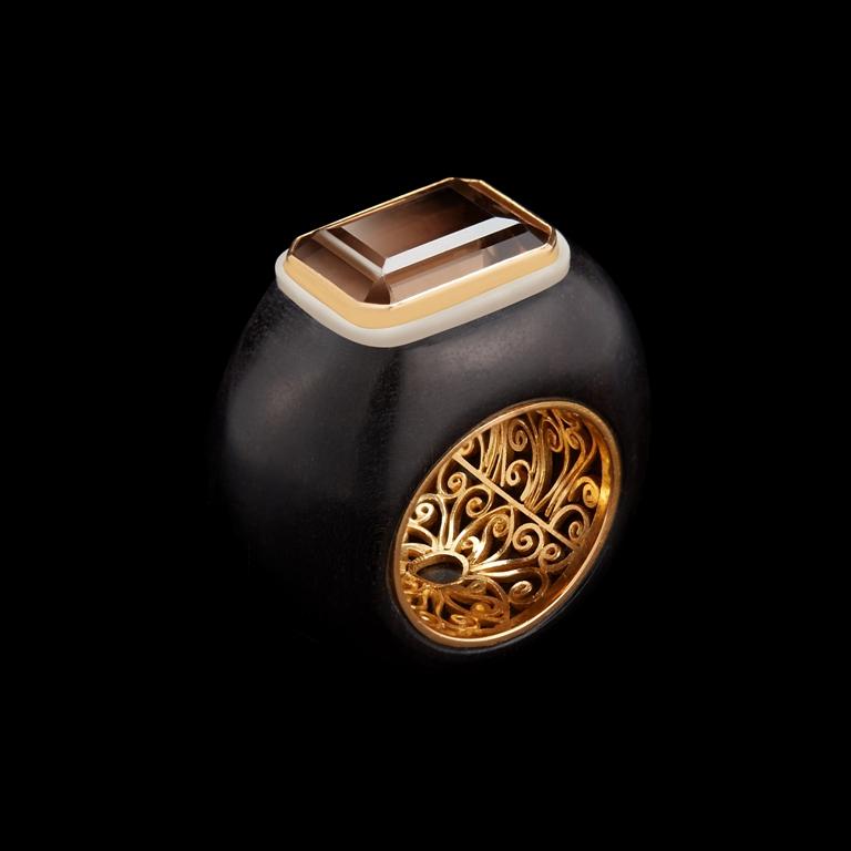 10טבעת מאבן טופז מעושנת בשילוב זרעי טאוגה מגולפים בעיצוב אלכסנדרה מור