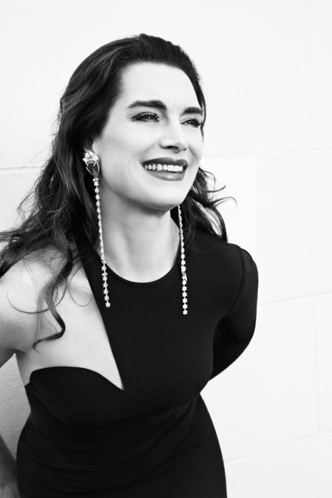 11ברוק שילדס עונדת עגילים ארוכים עם אבן אמרלד ופרחי יהלומים בעיצוב אלכסנדרה מור