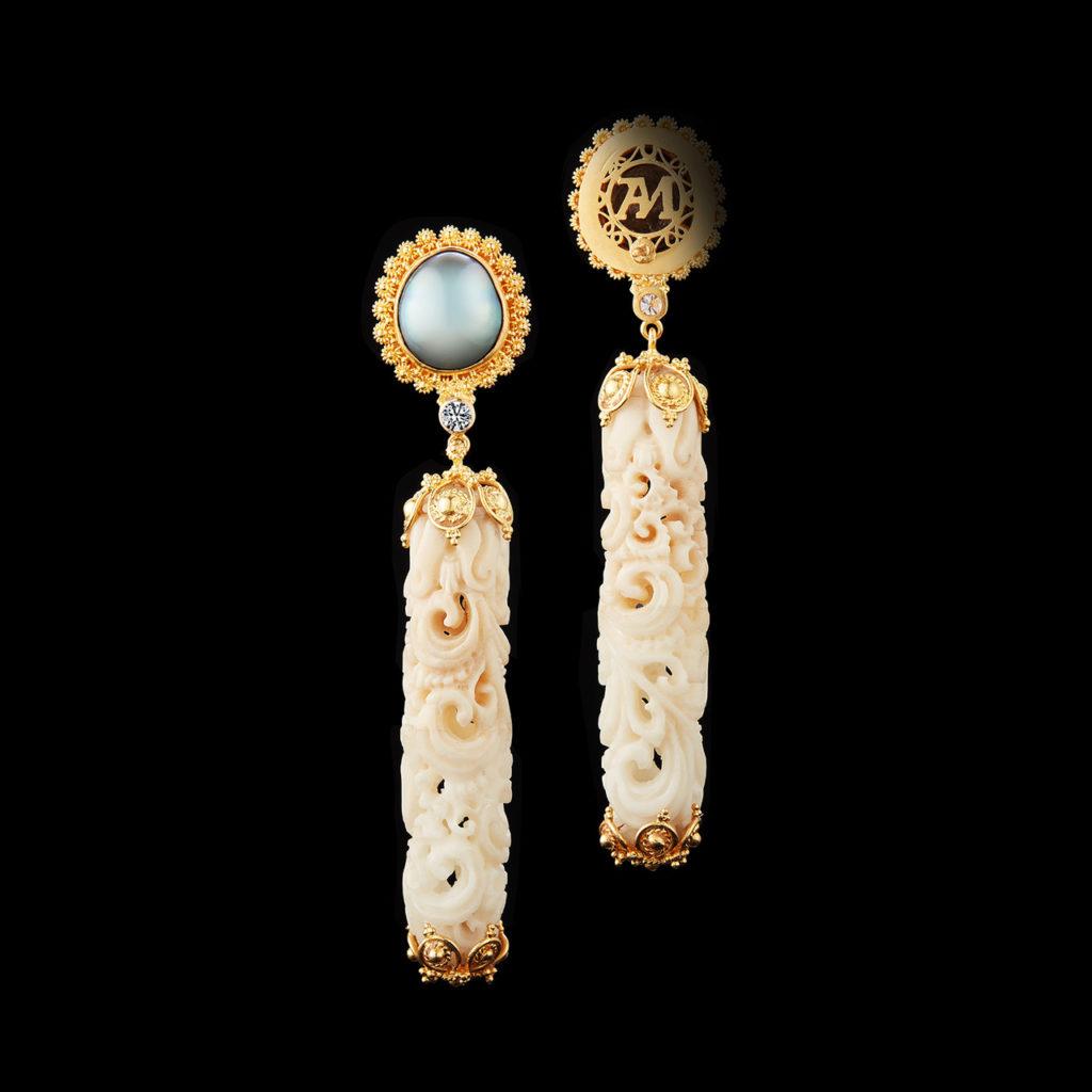 13עגילים ארוכים מזרעי טאוגה מגולפים בשילוב יהלומים בעיצוב אלכסנדרה מור