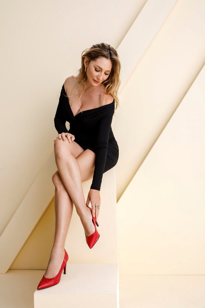 2מיכל אנסקי מציגה נעלי ערב אדומות בעיצובה ללאפייט צילום אלכס ליפקין