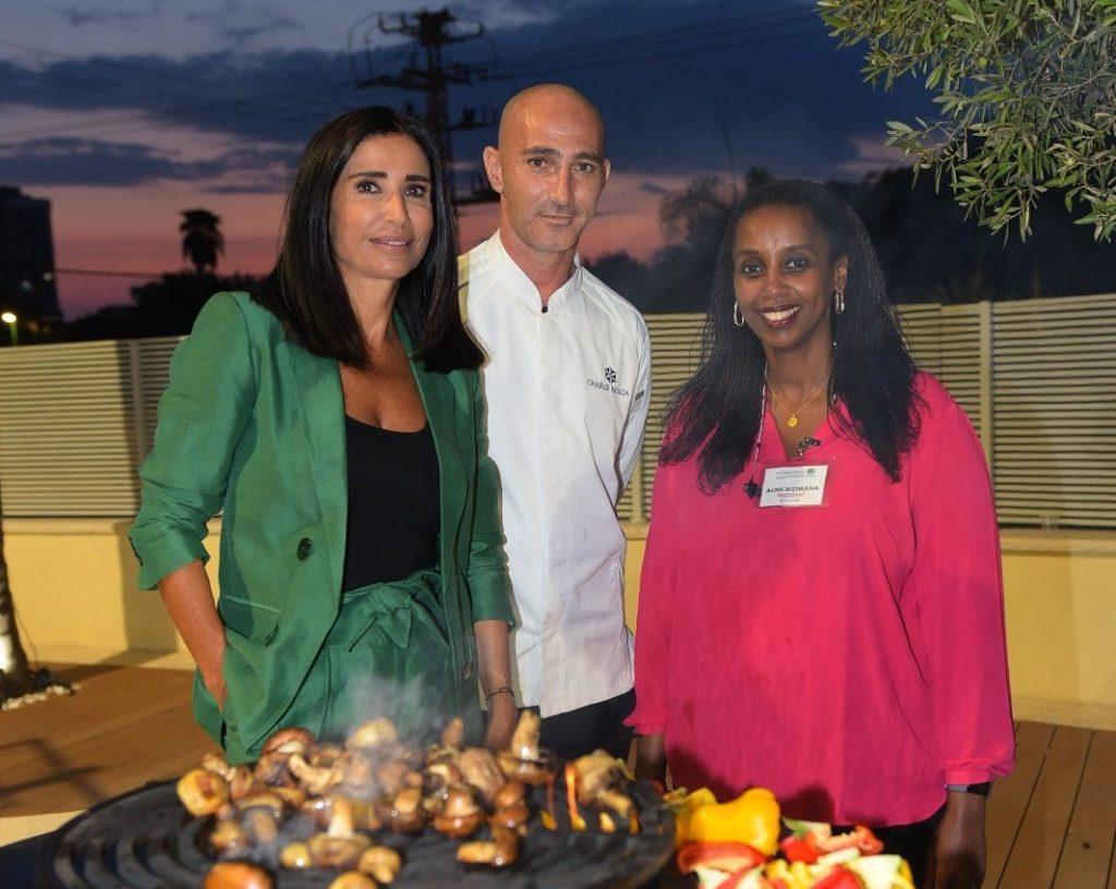 4נטלי מימון משמאל עם נינגה שופרה, אשתו של שגריר האיחוד האירופאי והשף צ'רלי פדידה צלם איציק סינטוב