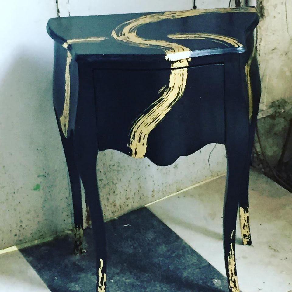 6שידה שנצבעה בשחור ועוטרה בצבע זהב בעיצוב פטריסיה גלמן
