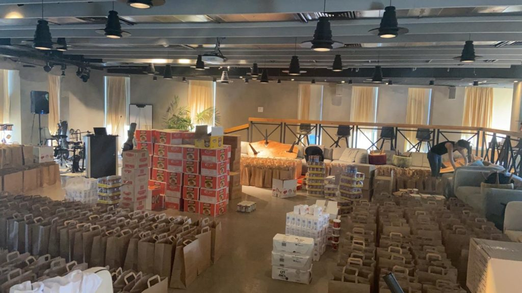 10אורזים חבילות מזון שנתרם על ידי עובדי פלייטקה ונארז על ידי קייטרינג ירזין