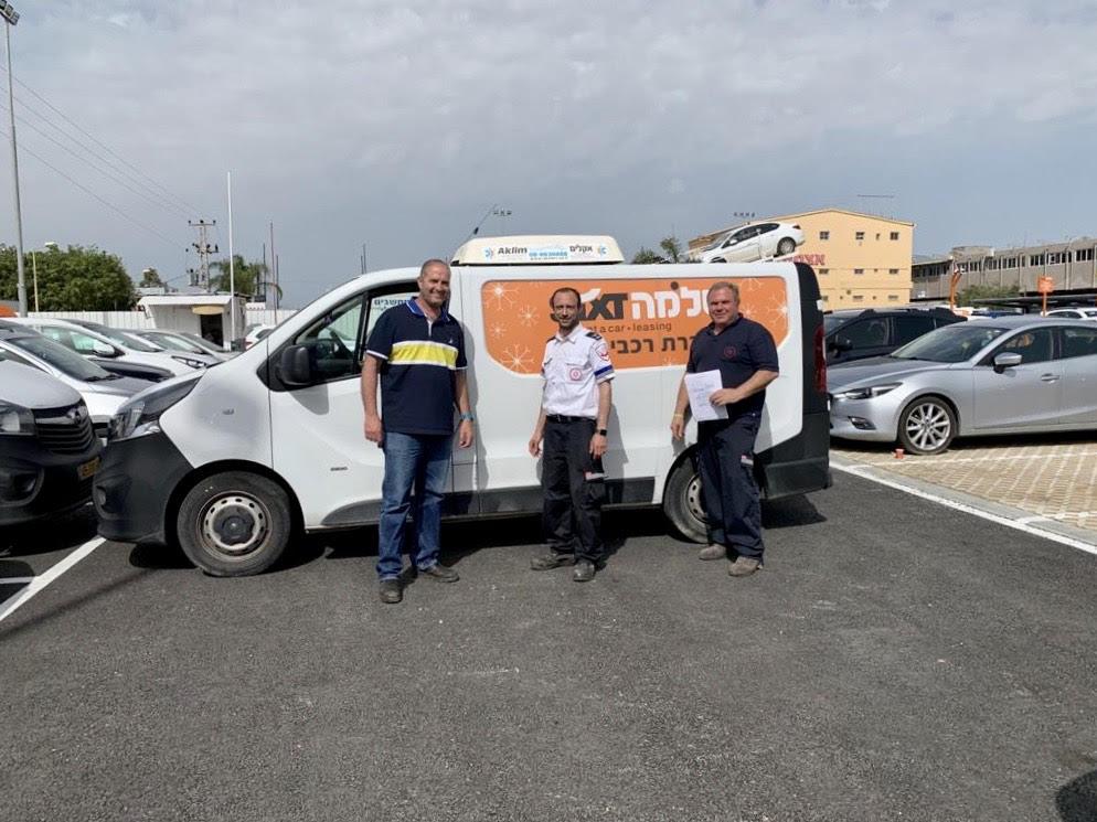 3נציגי מדא מקבלים את אחד הרכבים שנתרם על ידי קבוצת שלמה