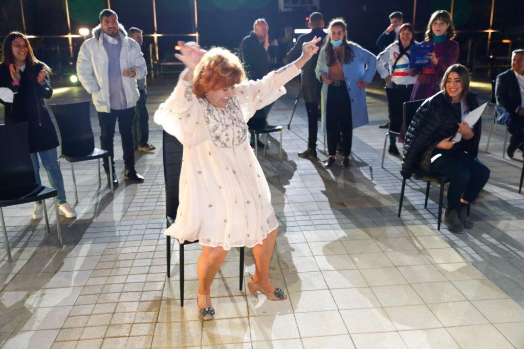 7ציפי שביט רוקדת ומשעשעת את מפיקי הטקס מאחורי הקלעים
