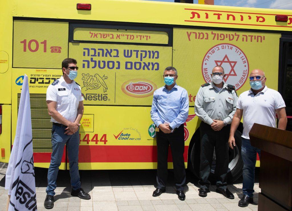 2אלי בין, אבי בן-אסאייג, טל אהרון ויואל ויס משיקים את אוטובוס-אמבולנס. צילום סאשה פליט