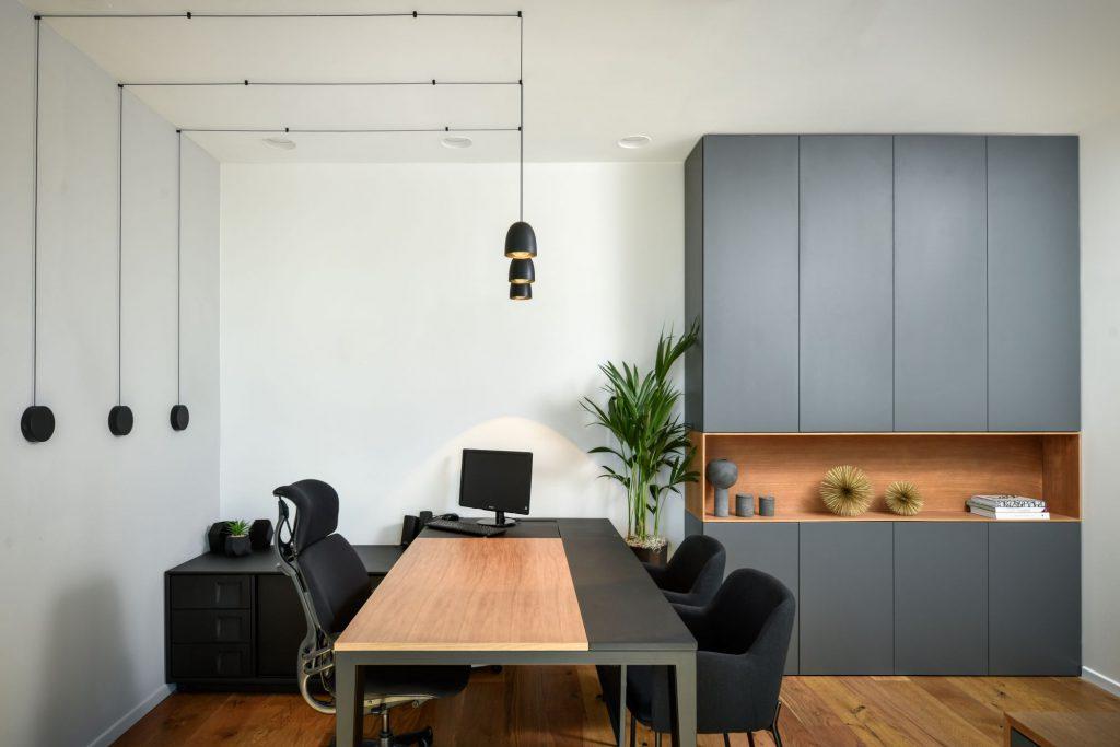3פינת עבודה סלונית עם שולחן גדול, כיסא אורטופדי, שידת מגירות וארון אחסון גדול
