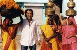 קנזו אהב מסעות בעולם. בתמונה באחד מטיוליו בהודו