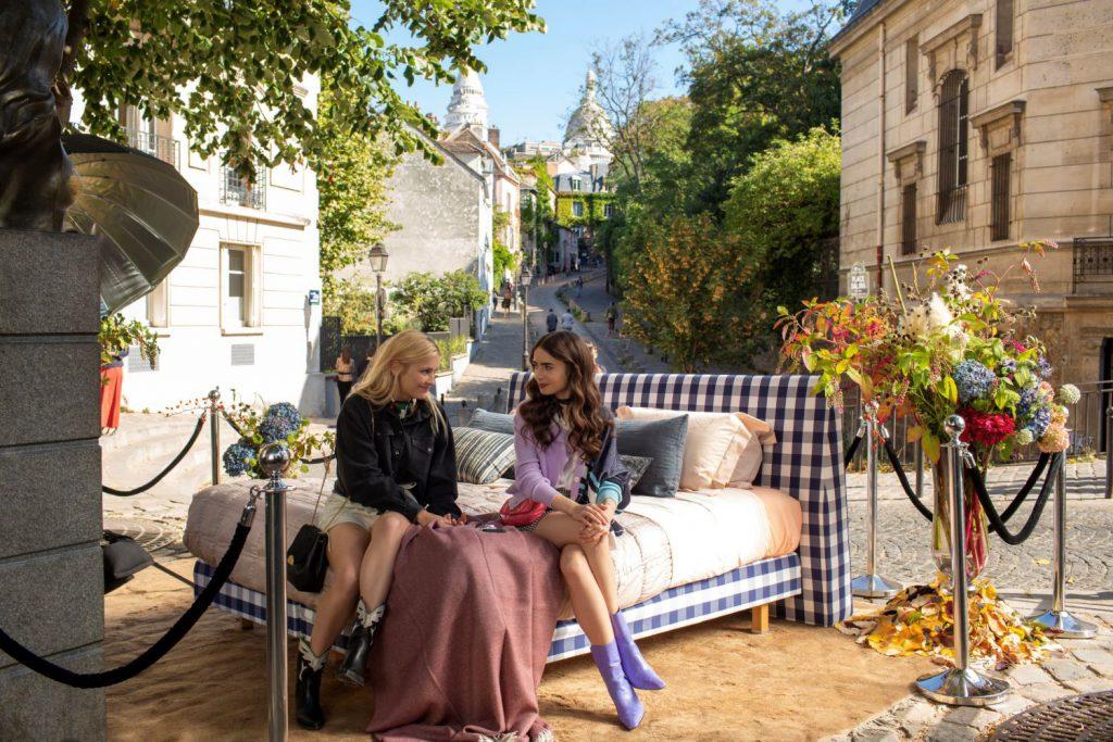 2לילי קולינס בתפקיד אמילי וקאמי רזה בדמותה של קאמי