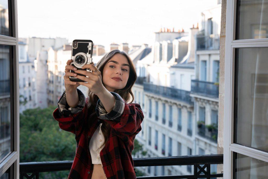 3לילי קולינס באמילי בפריז