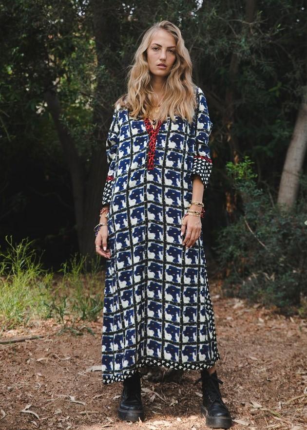 3לארה רוסנובסקי שמלה באורך מידי המשלבת שלושה הדפסים שונים