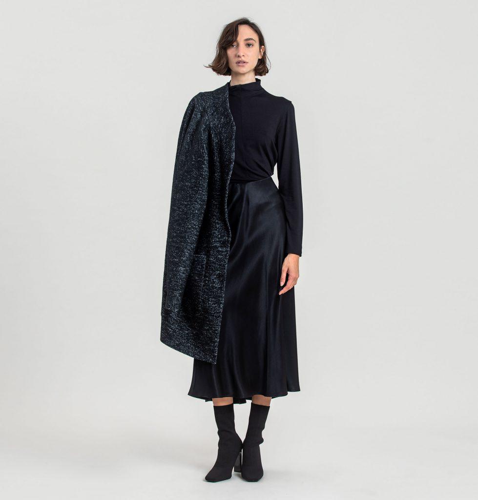 5רונן חן חצאית באורך מידי וחולצת גולף בשחור בשילוב מעיל בשחור מלאנז