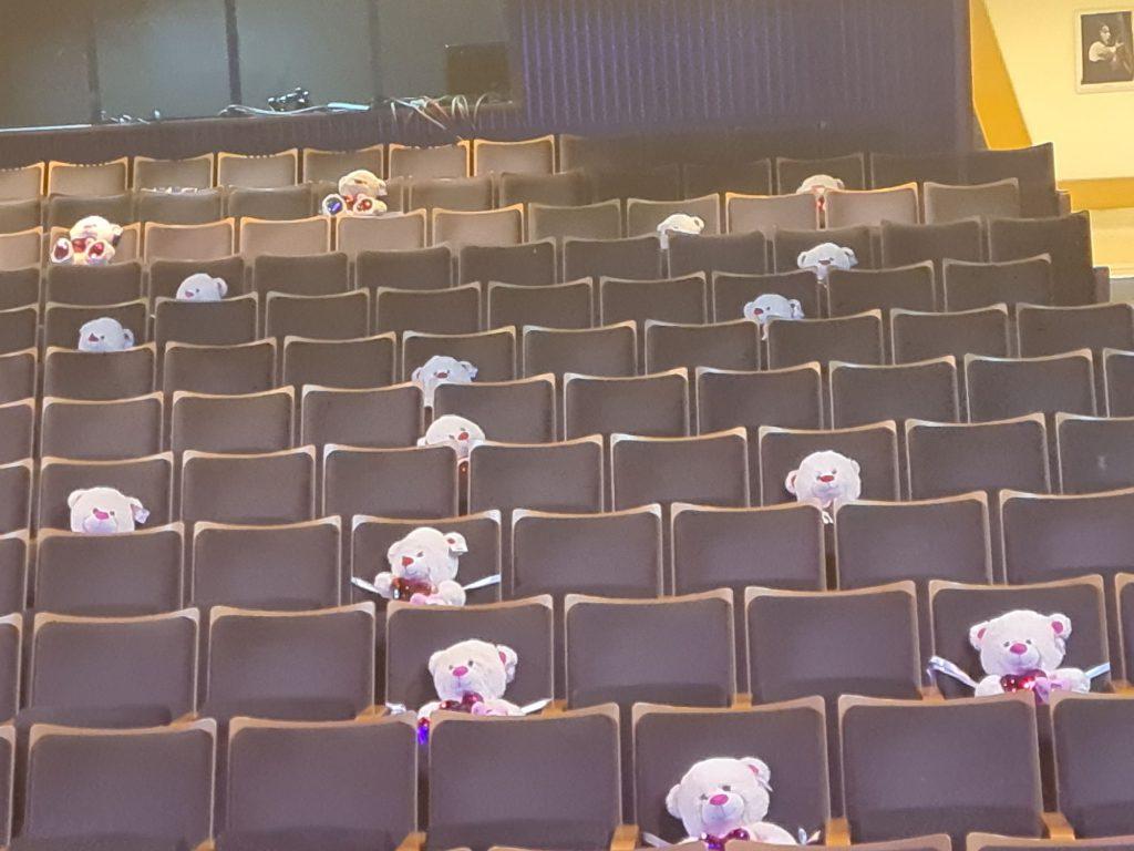 5הדובים באולם התיאטרון