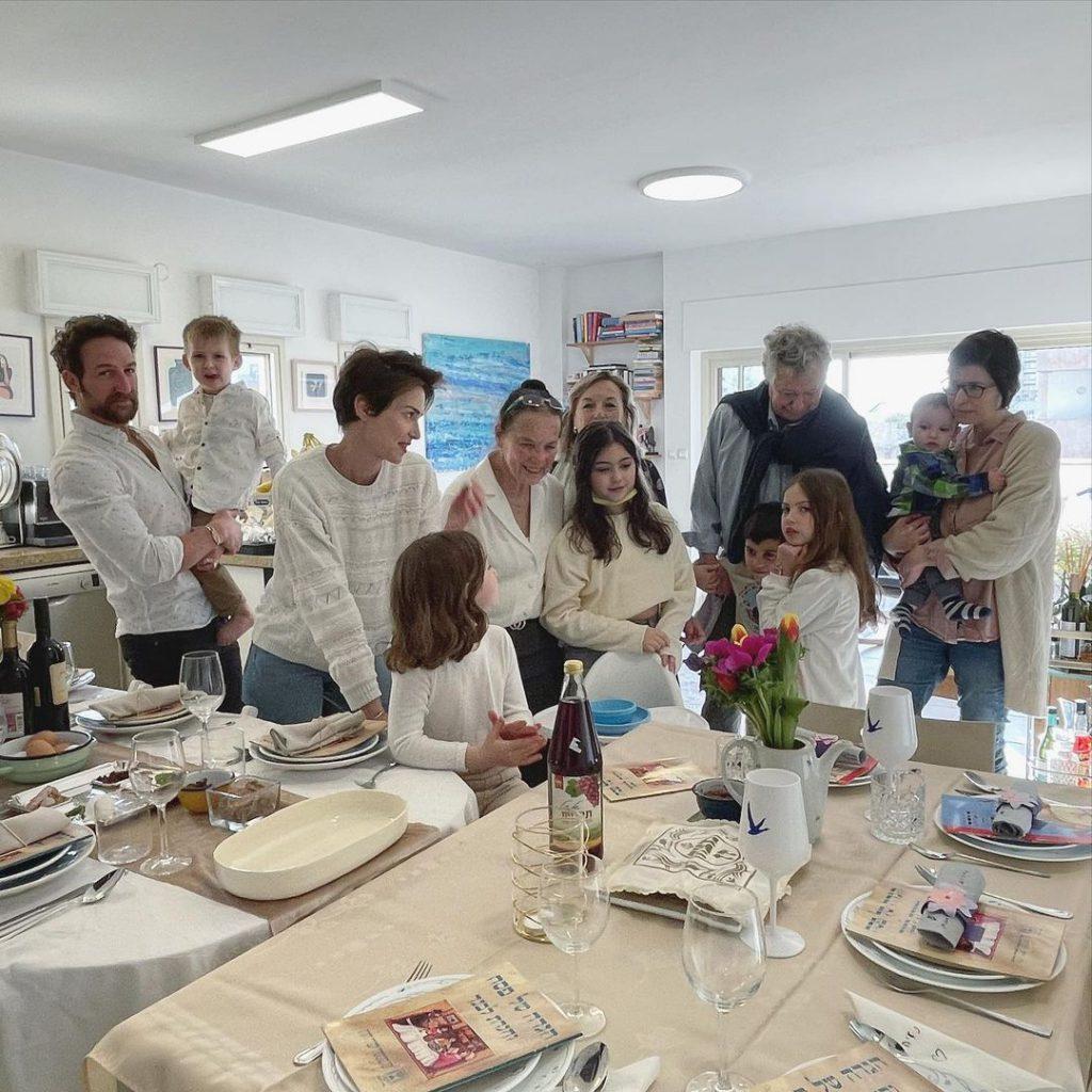 6יעל גולדמן ואורי פפר עם המשפחה