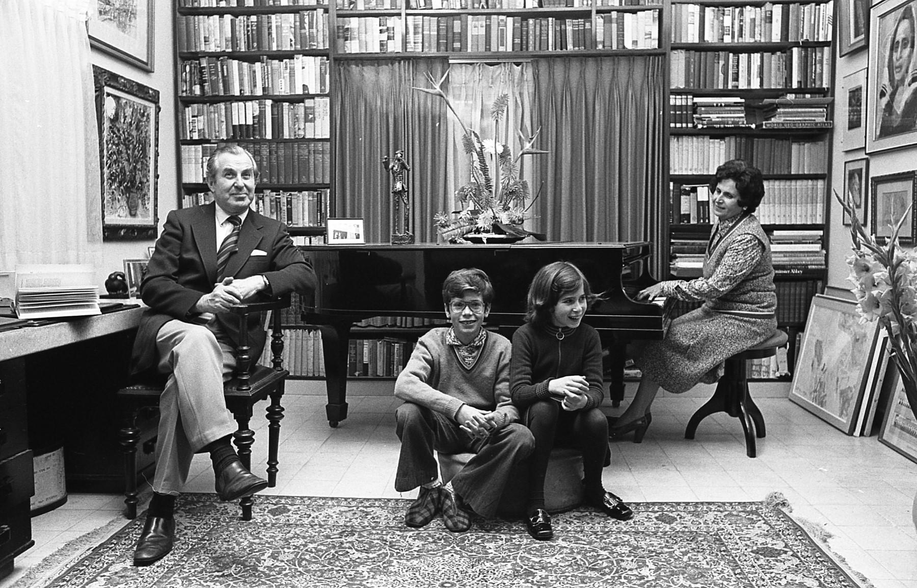 1נשיא המדינה לשעבר חיים הרצוג עם אשתו אורה והילדים יצחק ורונית. צילום יעל רוזן, פברואר 1975
