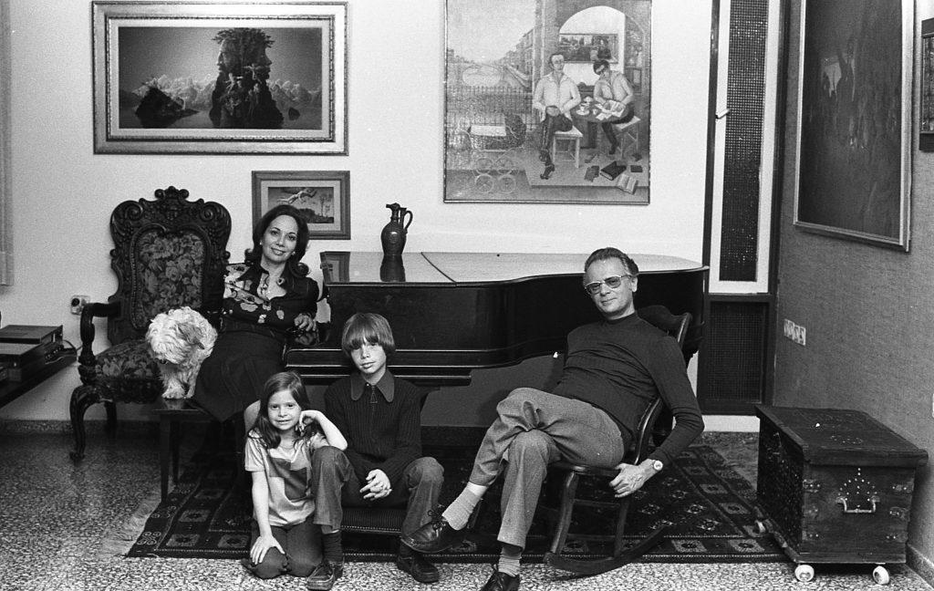 2אפרים קישון אשתו שרה והילדים עמיר ורננה. צילום יעל רוזן, מרץ 1975