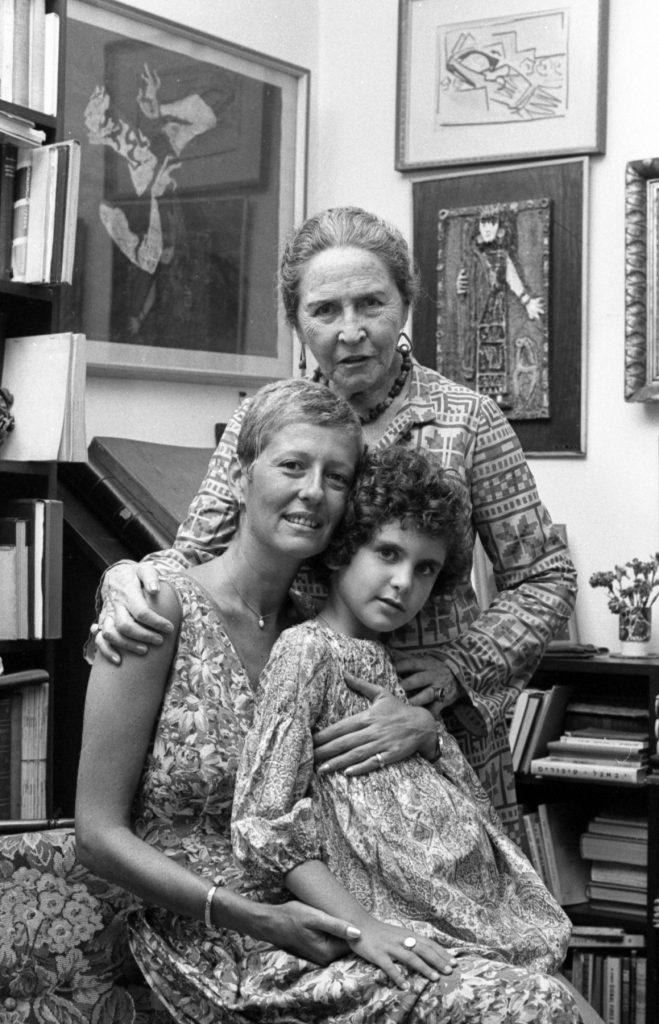 3חנה רובינא עם הבת אילנה והנכדה מאיה. צילום יעל רוזן, ספטמבר 1974