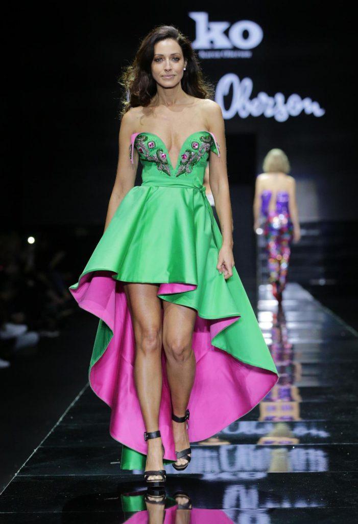 3שירלי בוגנים מציגה שמלה בעיצובו של גדעון אוברזון שמככבת בתערוכה. צילום אבי ולדמן