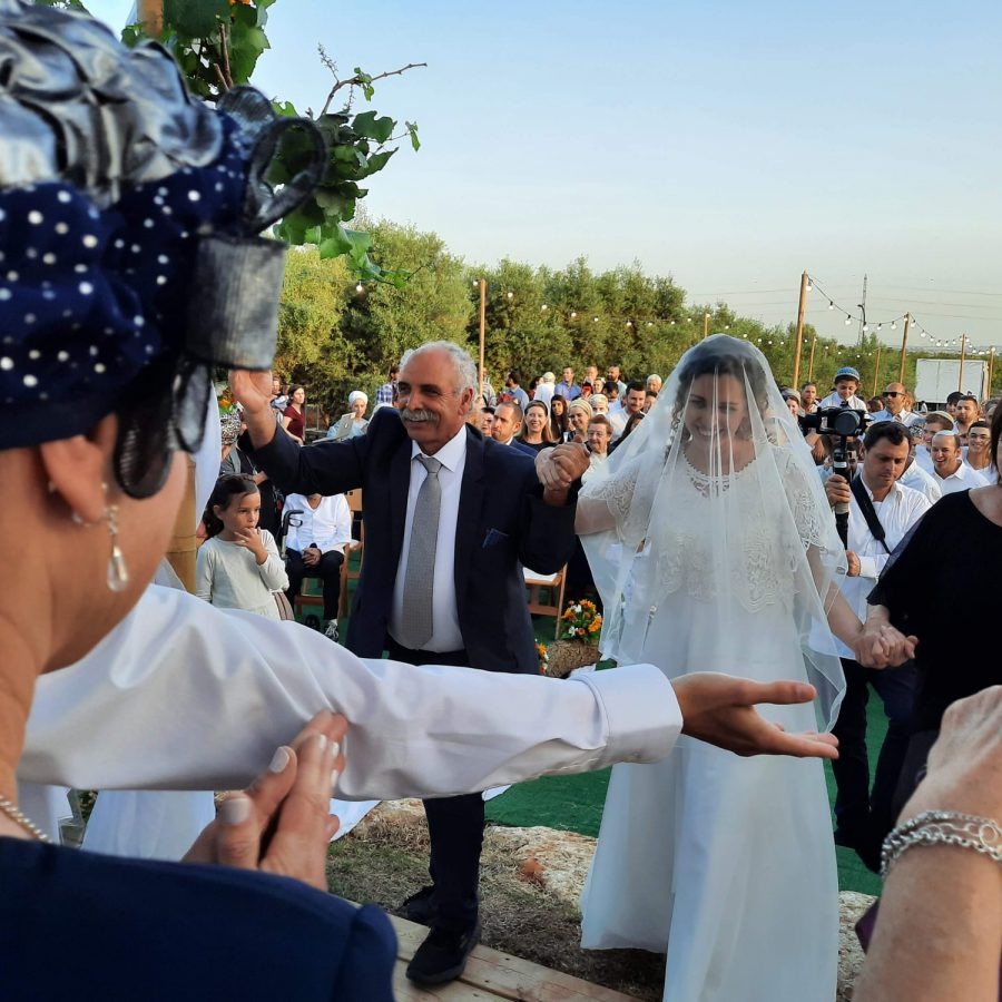 1עדנה סרוסי מובלת לטקס החתונה צילום חגית מוריה-גיבור