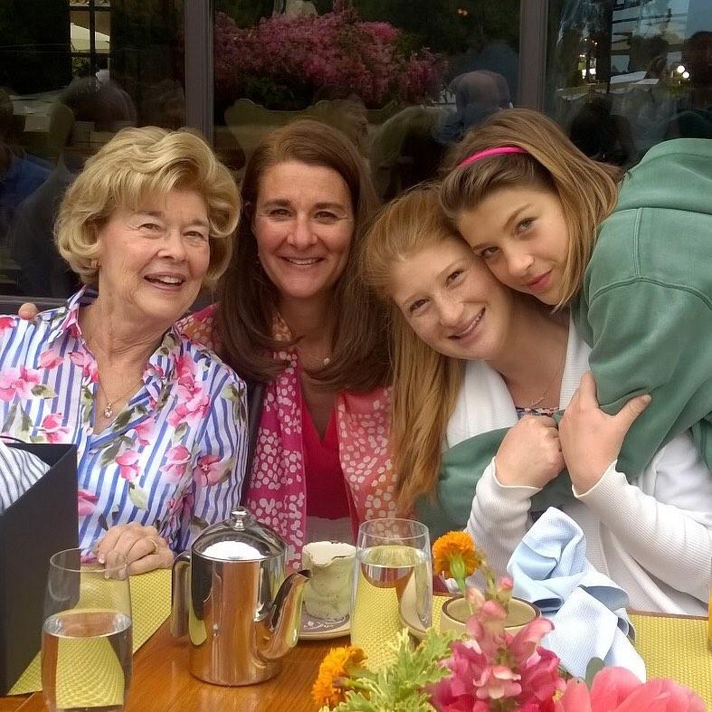 2הכוח הנשי מלינדה עם אמה ושתי בנותיה