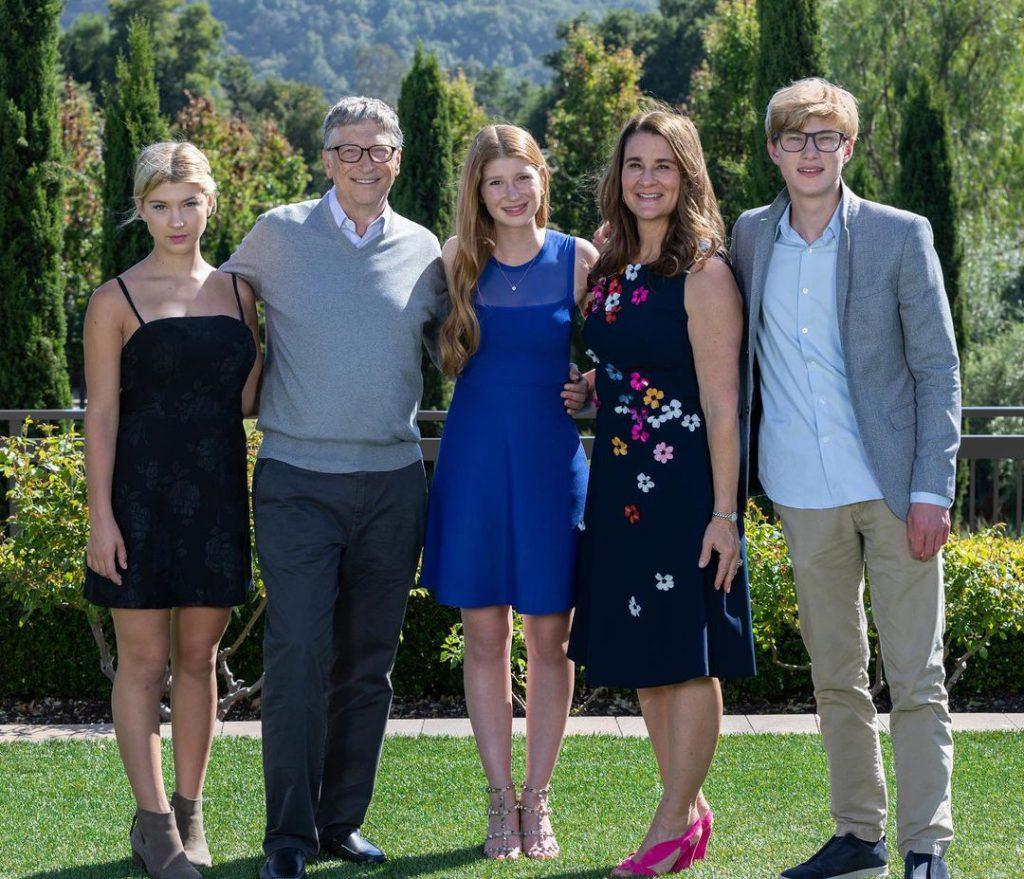 3משפחת גייטס עם שלושת ילדיהם בשנה שעברה